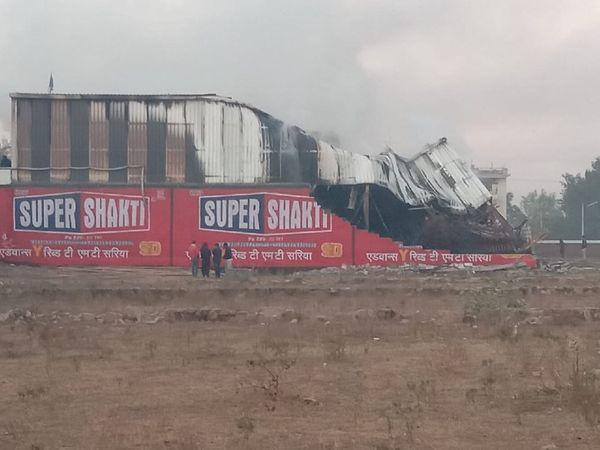 आग लगने के बाद गोदाम की दूसरी मंजिल पर बना टीनशैड का सेगमेंट धराशायी हो गया।