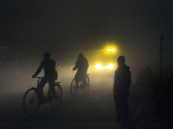 वीरवार को दिन में धूप निकली लेकिन शीतलहर भी चलती रही। सिटी रेलवे स्टेशन के पास शाम को धुंध के विजिबिलिटी कम हो गई।- भास्कर - Dainik Bhaskar
