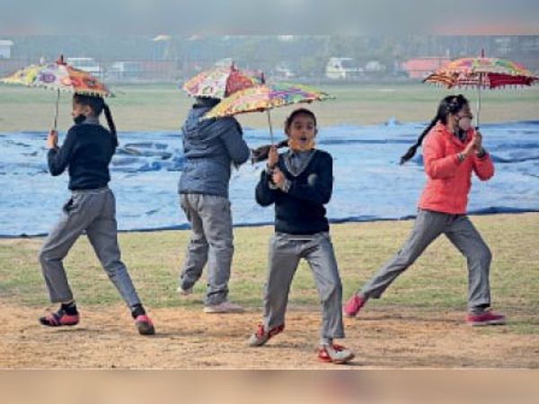 जिला स्तरीय गणतंत्र दिवस समारोह की रिहर्सल करती छात्राएं। - Dainik Bhaskar