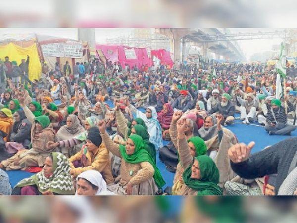 टिकरी बॉर्डर पर किसान आंदोलन में धरने में बैठी महिलाएं। - Dainik Bhaskar