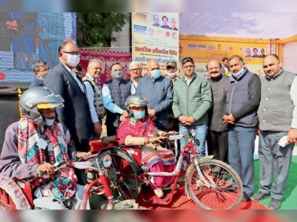 अर्पण मानसिक बाल दिव्यांग संस्था में लाभार्थियों को सहायक यंत्र व उपकरण देते हुए। - Dainik Bhaskar
