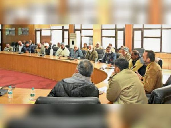 जिला विकास सदन में अधिकारी व किसानों के बीच दूसरे दौर की वार्ता। - Dainik Bhaskar