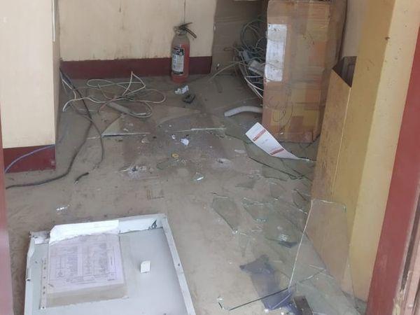 एटीएम के अन्दर बिखरा व टूटा पड़ा सामान।
