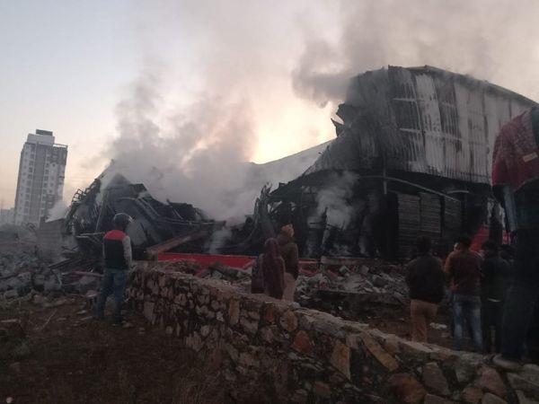 जयपुर में नारायण विहार में बने टेंट हाउस गोदाम में लगी आग को बुझाने के बाद उठता धुंआ। - Dainik Bhaskar