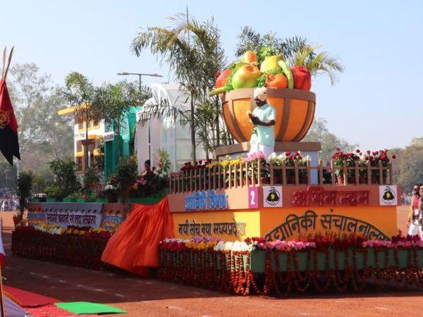 26 जनवरी 2020 में भोपाल के लाल परेड पर गणतंत्र दिवस परेड के दौरान निकाली गई झांकी का फाइल फोटो। - Dainik Bhaskar