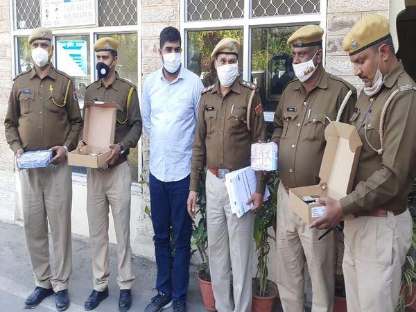 गिरफ्तार संचालक भवानीखेडा नसीराबाद निवासी सावरसिंह रावत। ( सफेद शर्ट में) - Dainik Bhaskar
