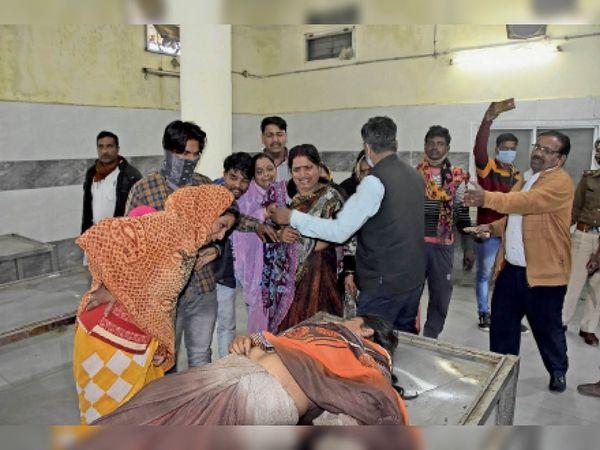 सागर|जिला अस्पताल में महिला के शव के पास रोते परिजन। - Dainik Bhaskar