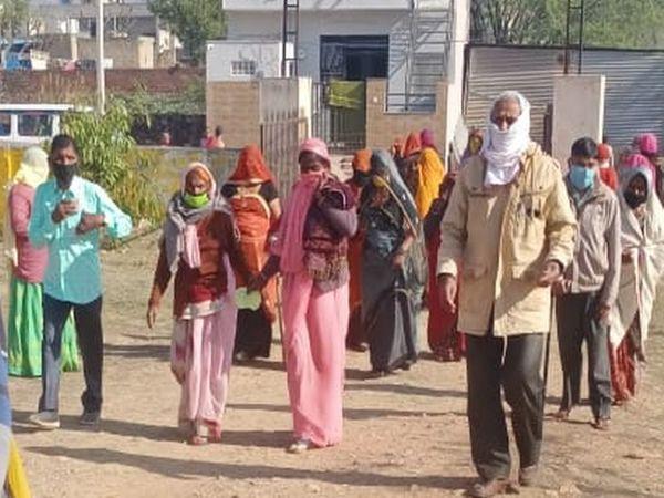 कनाडिया मतदान केन्द्र पर मतदान के लिए आते ग्रामीण