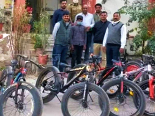 पुलिस गिरफ्त में मुख्य आरोपी शुभम। पुलिस ने उसके पास से चोरी की 14 साइकिल बरामद की है। - Dainik Bhaskar