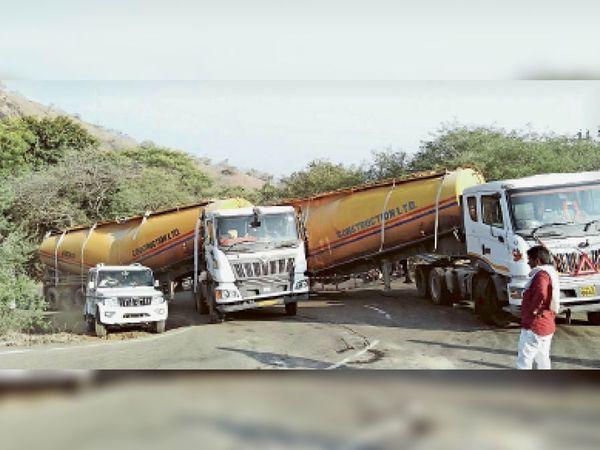 बावनगजा रोड पर घाट पर सीमेंट के दो कंटेनर फंस गए। इस कारण रास्ता बंद होने से यातायात बाधित हो गया। - Dainik Bhaskar