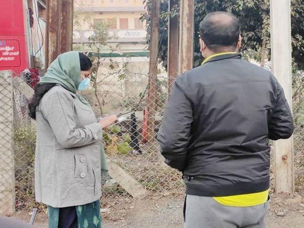 निगम कमिश्नर प्रतिभा पाल ने सफाई के साथ नाला टेपिंग का काम भी देखा। - Dainik Bhaskar