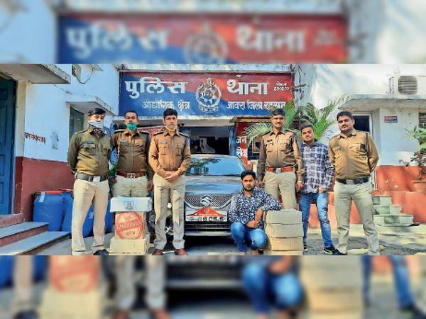 जब्त शराब और कार के साथ गिरफ्तार आरोपी। - Dainik Bhaskar