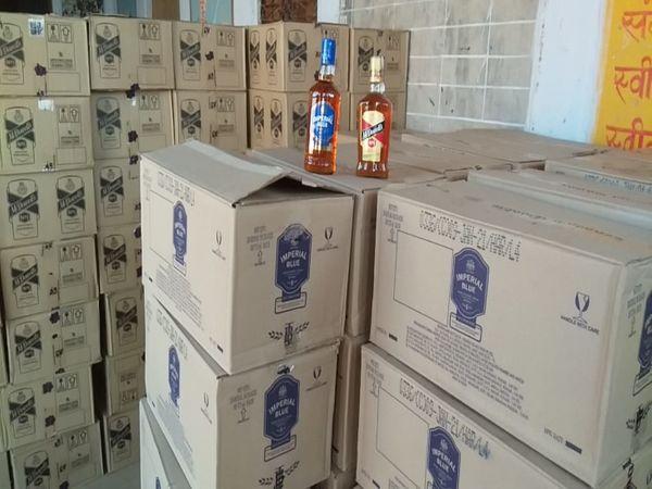 आबकारी थाने में जब्त की हुई शराब। इस शराब की कीमत करीब 10 लाख रुपए बताई जा रही है। - Dainik Bhaskar