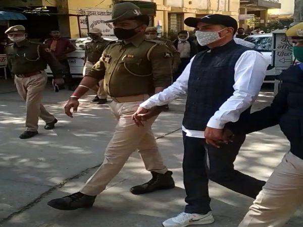 बयान देने के बाद कोर्ट से लौटता मोहन मांडोता। कड़ी सुरक्षा में मांडोता को वापस ले जाया गया। - Dainik Bhaskar