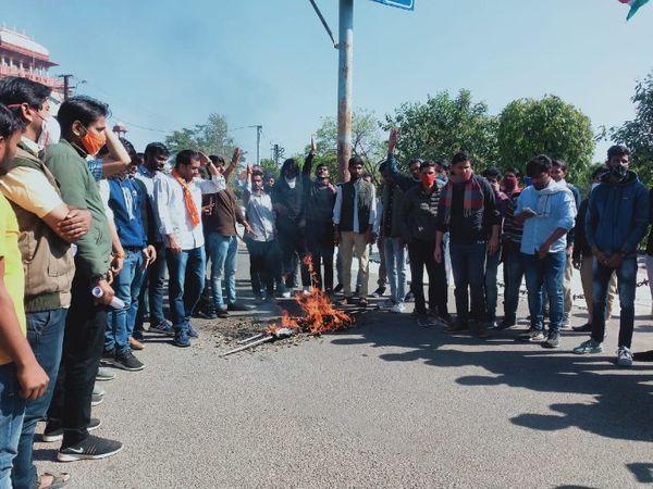 राजस्थान विश्वविद्यालय के बाहर मुख्यमंत्री का पुतला फूंकते ABVP से जुड़े छात्र। यहां इन्होने लाइब्रेरियन भर्ती परीक्षा को रद्द करने की मांग करते हुए पेपर आउट करने वाले दोषियों के खिलाफ कार्यवाही की मांग की। - Dainik Bhaskar