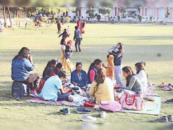 तेज धूप निकलने से कई लोग परिवार सहित पार्कों में पहुंचे। स्थान: बाल भवन पार्क। - Dainik Bhaskar