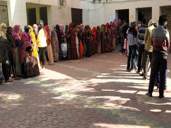 कायड में मतदान के लिए लगी कतार - Dainik Bhaskar