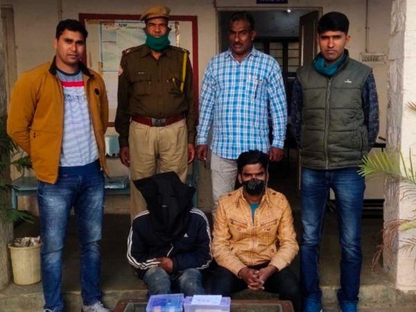 जयपुर में जालुपूरा थाना पुलिस की गिरफ्त में मोबाइल फोन लूटने वाली गैंग के दोनों बदमाश। - Dainik Bhaskar