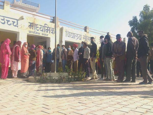 सोमलपुर में मतदान के लिए लगी कतार