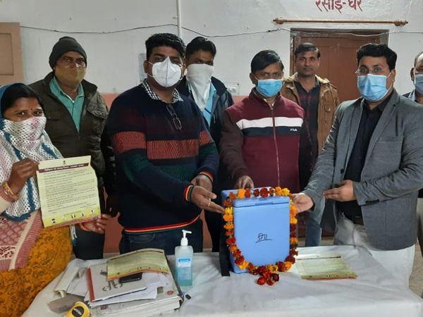 डीग। वैक्सीन के पहुंचने पर चिकित्सक और  स्वास्थ्यकर्मी वैक्सीन की अगवानी करते हुए। - Dainik Bhaskar