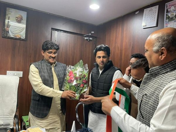 जयपुर पहुंचे अहमद पटेल के पुत्र फैजल पटेल का स्वागत करते वक्फ बोर्ड अध्यक्ष खानूखान बुधवाली। - Dainik Bhaskar