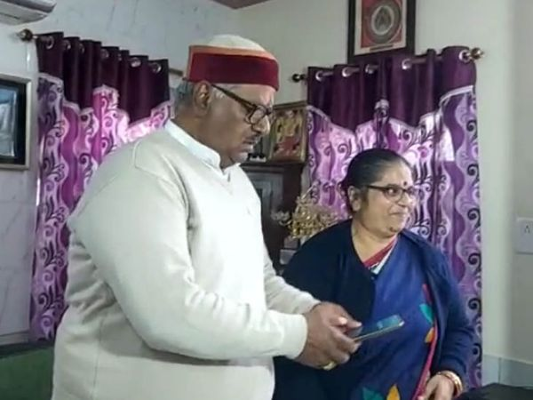 राज्य मानवाधिकार आयोग का अध्यक्ष नियुक्त किए जाने के बाद पूर्व न्यायाधीश गोपाल कृष्ण व्यास अपनी पत्नी के साथ। - Dainik Bhaskar