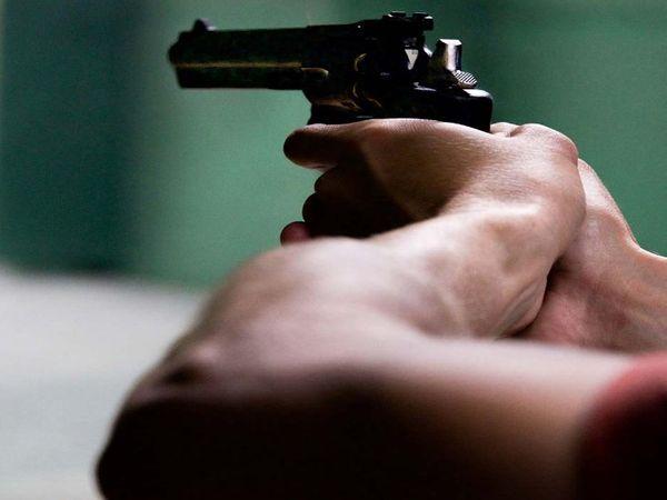 अभी तक यह नहीं पता चल पाया कि व्यक्ति को गोली किसने और क्यों मारी। - Dainik Bhaskar