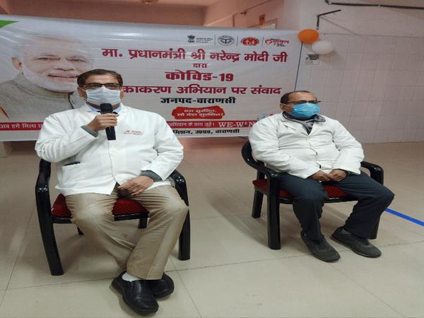 पंडित दीनदयाल उपाध्याय राजकीय चिकित्सालय के मुख्य चिकित्सा अधीक्षक डॉ बी शुक्ला, चिकित्सालय के ही लैब टेक्नीशियन रमेश चंद्र राय PM मोदी से संवाद करते हुए।