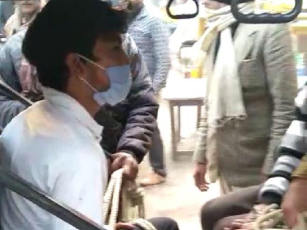 इसी ई-रिक्शा से तीन कैदियों के साथ जा रहा था फरार आरोपित। - Dainik Bhaskar