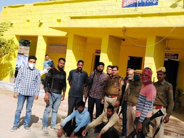मासलपुर। गढमडौरा के जंगलों में मुठभेड़ के बाद पुलिस ने दो बदमाशों को अरेस्ट कर लिया। - Dainik Bhaskar
