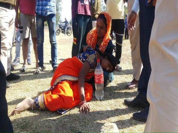 पति अरविंद सिंह राजपूत की हत्या के सदमें में पत्नी मनीषा रह-रह कर बेहोश हो जा रही थी। कई बार पानी के छींटे मारकर उसे होश में लाया गया - Dainik Bhaskar