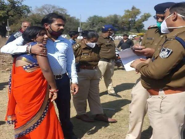 एएसपी गोपाल खांडेल को पति अरविंद की हत्या के बाद उसके बारे में जानकारी देती पत्नी मनीषा।