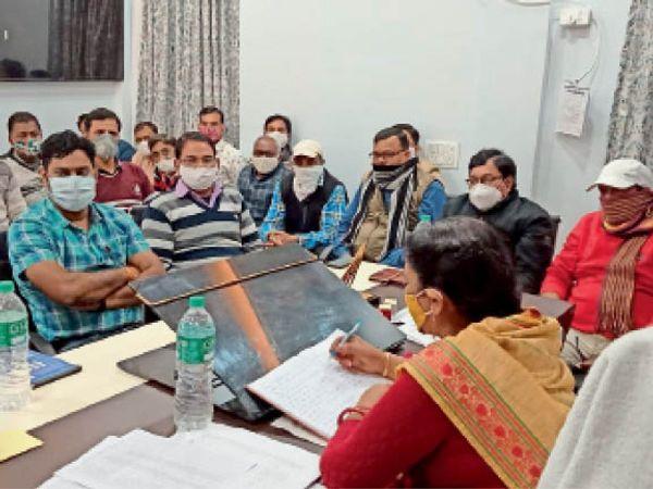 बारां. नगर परिषद में गुरुवार को सभापति ने बैठक लेकर निर्देश दिए। - Dainik Bhaskar