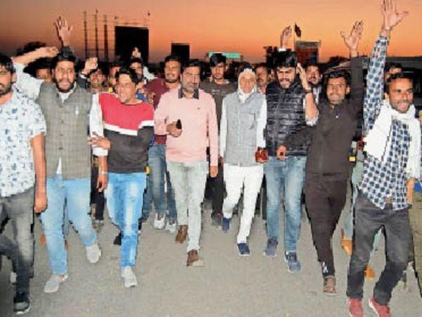 किसान समर्थन मार्च निकालते सांसद बेनिवाल। - Dainik Bhaskar