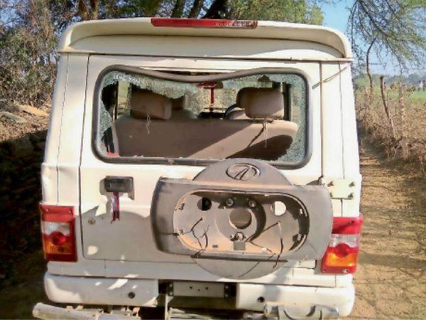 कार्रवाई करने गए नायब तहसीलदार के वाहन के कांच फोड़ दिए। - Dainik Bhaskar
