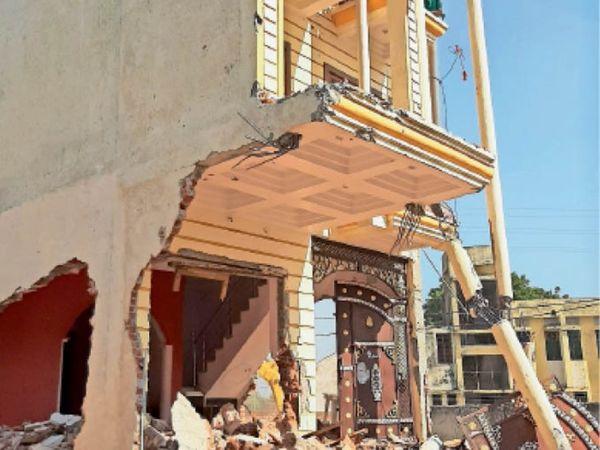 एंटी माफिया मुहिम के तहत बड़ोखर में गांजा तस्कर श्यामबिहारी के मकान को जेसीबी से ढहाया गया। - Dainik Bhaskar