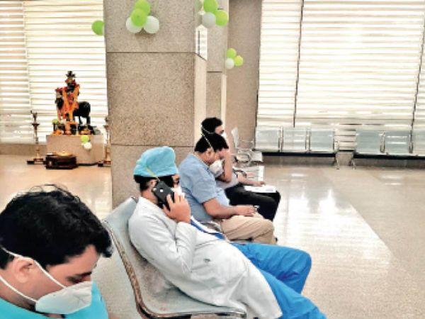 सेंटर पर वैक्सीन लगवाने पहुंचे हितग्राही। - Dainik Bhaskar