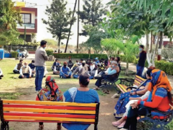 कॉलोनी के रहवासियों ने इस संबंध में बैठकर कर कार्ययोजना बनाई। - Dainik Bhaskar