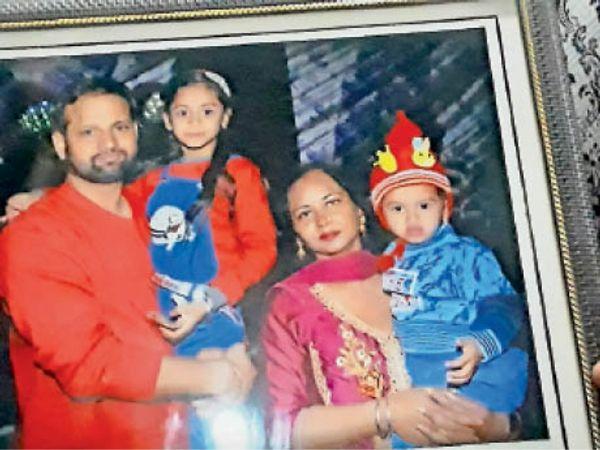 शहीद हवलदार निर्मल सिंह परिवार के साथ। -फाइल फोटो - Dainik Bhaskar