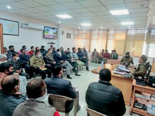 एटीएम की सुरक्षा बढ़ाने को बैंक प्रबन्धकों को दिशा निर्देश देते एसपी। - Dainik Bhaskar