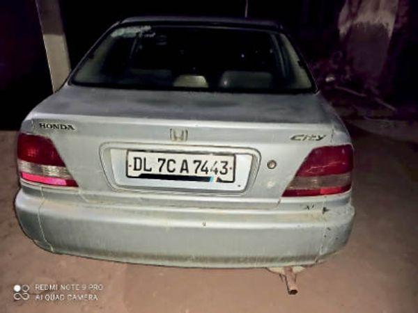 तस्करी के आरोप में पकड़े गए आरोपी की थाने में खड़ी कार। - Dainik Bhaskar