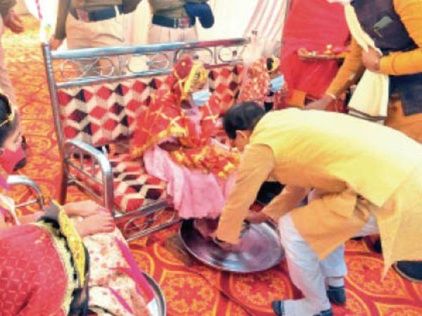 कार्यक्रम से पहले मुख्यमंत्री शिवराज सिंह चौहान ने कन्या पूजन किया। - Dainik Bhaskar