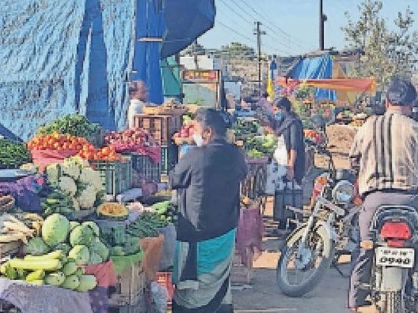 अलकापुरी चामुंडा चौराहा पर फोरलेन किनारे लगी सब्जी की दुकानें हादसे का सबब बन रही हैं। - Dainik Bhaskar