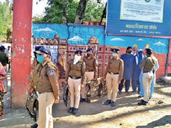 अंतिम संस्कार के लिए श्मशान घाट पर मौजूद पुलिस बल। - Dainik Bhaskar