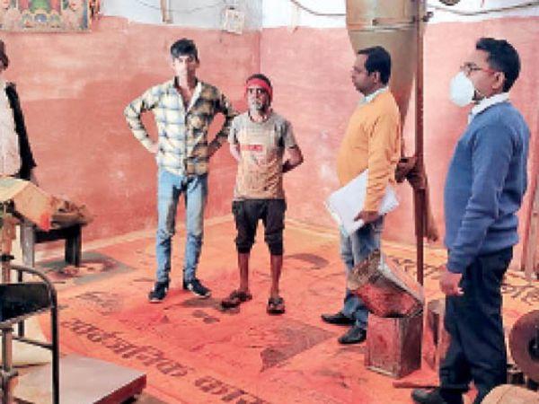 सागर  खुदाबक्श मसाला फैक्ट्री में जांच करती खाद्य विभाग की टीम। - Dainik Bhaskar