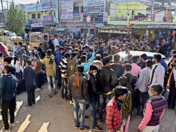 बीएमसी के पास हुई घटना के बाद गुस्साए लोगों ने जाम लगा दिया। यातायात बाधित हुआ। - Dainik Bhaskar