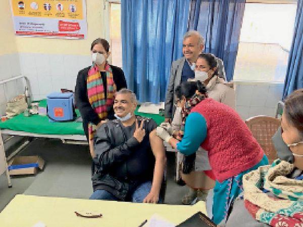 कोरोना टीका लगवाते जिला परिवार भलाई अफसर डॉ. जतिंदर कांसल। - Dainik Bhaskar
