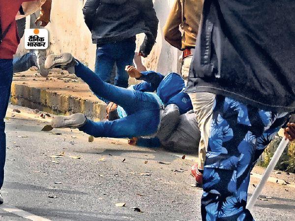 प्रदर्शन कर रहे अभ्यर्थियों को  पुलिस ने दौड़ा-दौड़कर पीटा। - Dainik Bhaskar
