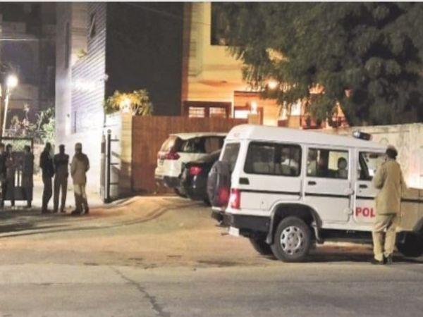 फायरिंग की घटना के बाद पुलिस के कई अधिकारी मौके पर पहुंचे। - Dainik Bhaskar