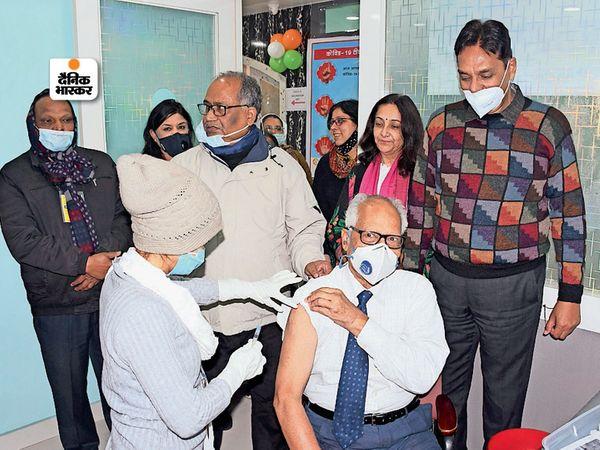 हीलिंग टच हॉस्पिटल में टीका लगवाते डॉ. एसएन झा। मौके पर अस्पताल संचालक डॉ. संजय सिंह, प्रतिभा सिंह समेत अन्य डॉक्टर भी मौजूद। - Dainik Bhaskar